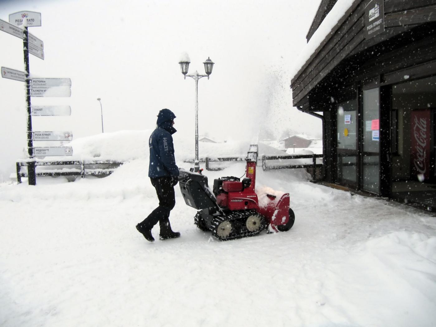 современная уборка снега