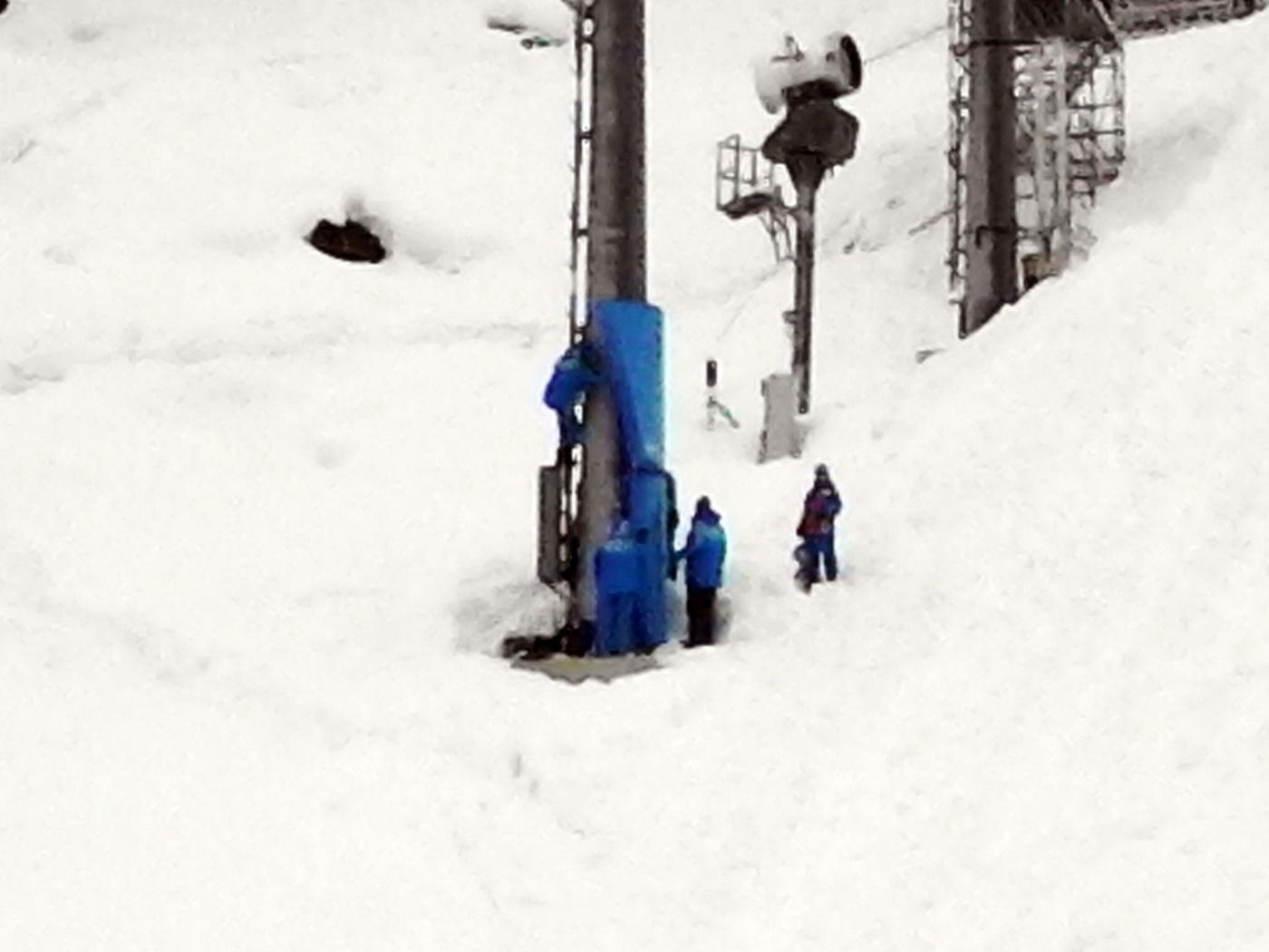 Вяжут маты на столб вдоль трассы могула 26-01-2014