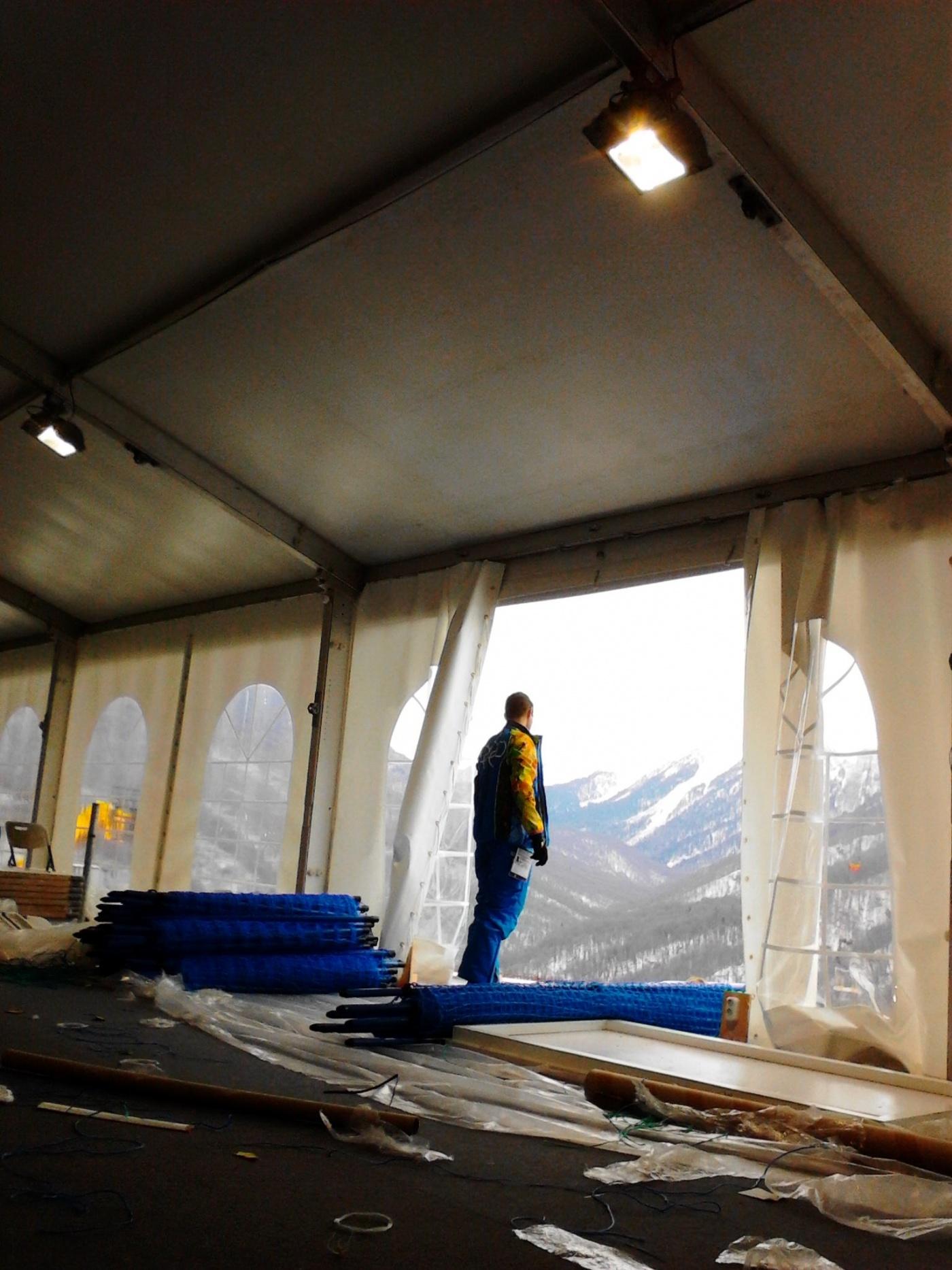 В шатре сняли часть стены, чтобы погрузить на автомобиль готовые сетки и подвезти ближе к местам установки.