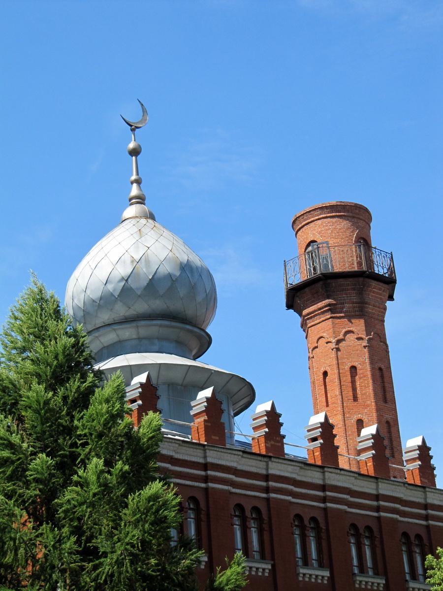 мечеть с недостроенным еще минаретом, верхняя часть минарета пока стоит на земле рядом