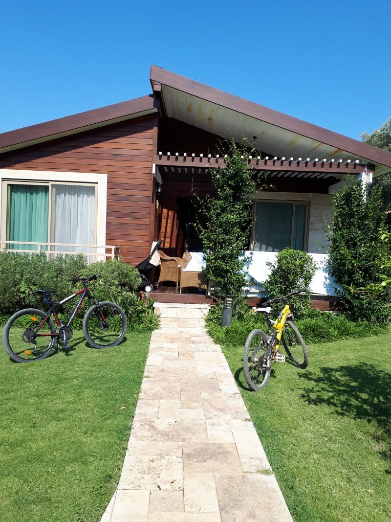 Вот тут видны велосипеды. Желтый из нашего отеля, черный - прокатный